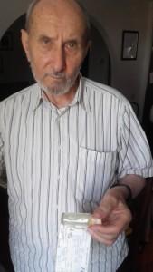 Sl. 68 c Nikola Štrdul drži u rucio metak (u boci) kojim je nastrijeljen 20. X. 1988.