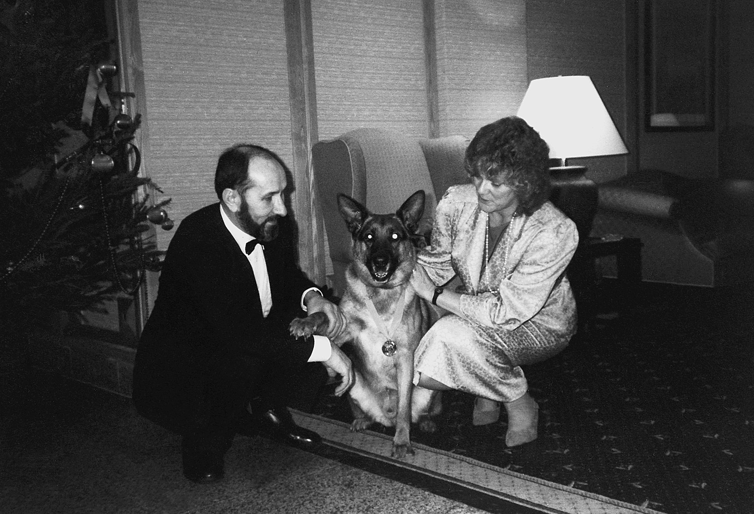 Nikola i Helen Shirley Štedul sa svojim Pašom, nakon što je Paša u Velikoj Britaniji dobio zlatnu kolajnu za spašavanje ljudskog života 1989.
